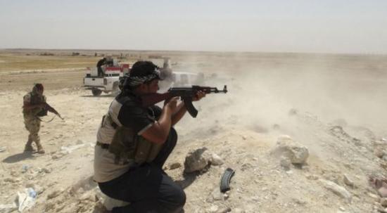 Combatientes tribales luchan contra el Estado Islámico en Hadiza, Irak / REUTERS